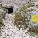 Ostanki zbiralnika za pitno vodo tik pod vrhom Palòna.
