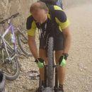Defekt #5: fizikalac Bojan popravlja zateguje kolo.