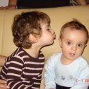 Moja sestrična Mia me lubčka. .)
