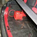 Baterija se je preselila v prtljažnik baje se boji da bi ji bilo prevroče v motornem pros
