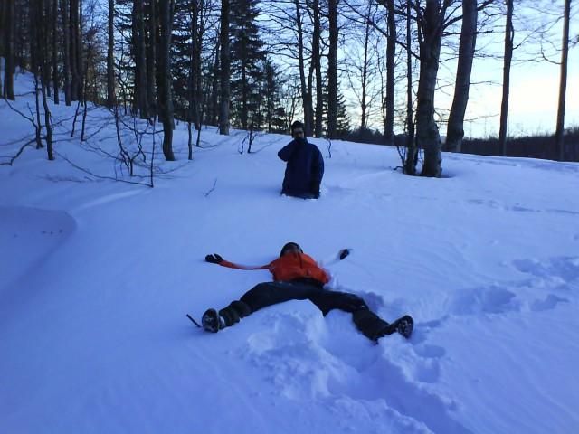 ... Stipe dela angelčke v snegu, Dule pa še razmišlja, a bi se vrgel v sneg ali ne:-)