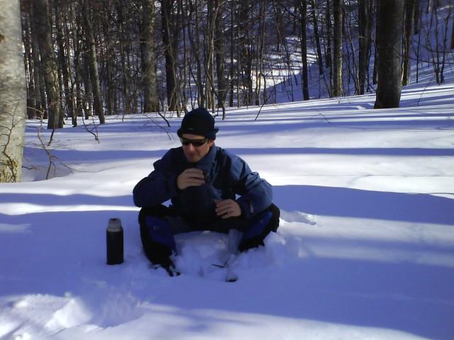 .. če nimaš stola ali klopce, se pač usedeš v sneg, a ne Dule:-)
