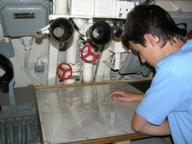 Navigator skrbno pregleduje karto Norveške.