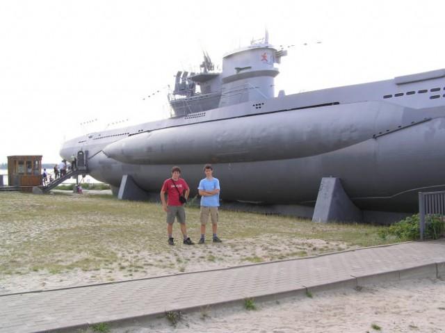 Dva mornarja pred podmornico
