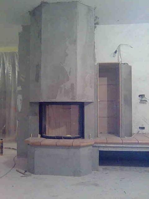Na desni sva dozidala prostor za drva in ga obložila s keramiko.