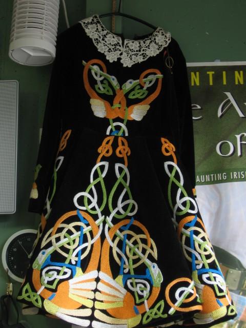 Obleka slikana na Irskem. S čipkastim ovratnikom in z keltskimi vozli.