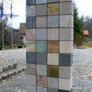 Zadnja stran obeležja vojne za Slovenijo 1991 je iz kock različnih kamnin