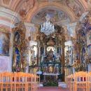 Glavni oltar, posvečen Mariji, je delo več avtorjev, levo je slika Marijin sprejem v nebes