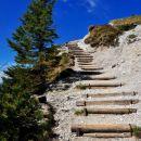 stopnice peljejo proti  koči na Golici