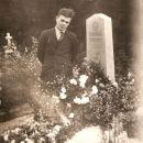 Miha Napret ob grobu svoje mame Barbare