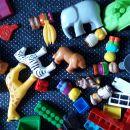 Kocke,  (sestaviti se živalski vrt, vozila, hiško...). Igrače so oprane.