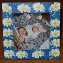 Takole pa izgleda okvirček za mojo mamo z njenima prvima vnučkoma - že malo starejšega dat