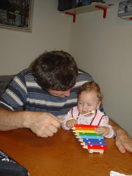 Moje prvo srečanje z inštrumentom - za glasbo skrbi mami s klasiko za dojenčke, ki jo vrti