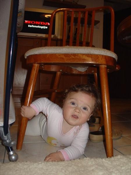 Še pogled izpod stola - mami, tu pa nisi dobro počistila...