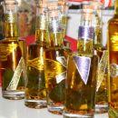 Steklenicke z olivnim oljem in zelisci.