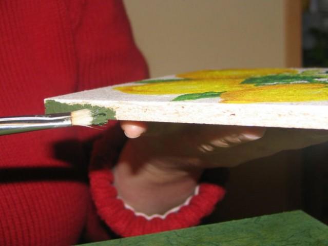 Pobarvaj rob slike z ujemajočo se barvo podlage (ja smo našle še pet kapljic enake zelene
