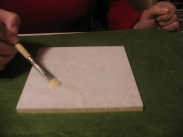 Iverko velikosti 15x15 cm prebarvaš z belo barvo. Pustiš, da se posuši.