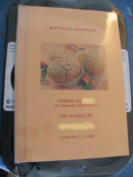 Darilo za sošolko:) Pekač za muffine, potem pa sem naredila kuharsko knjigico iz receptov