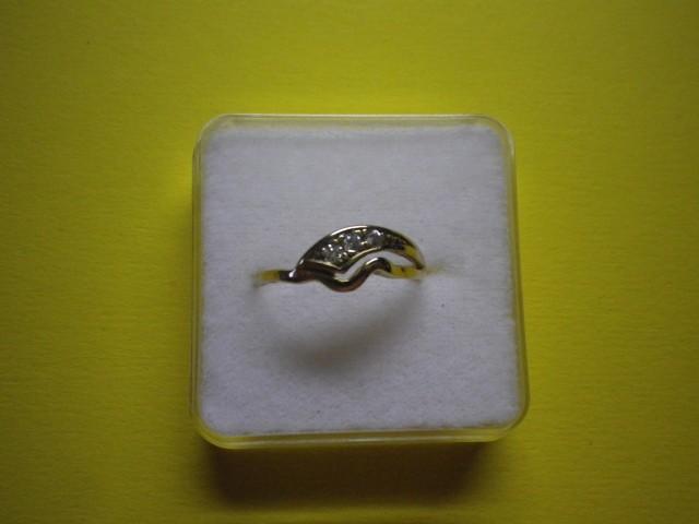 Zlat ženski prstan z tremi cirkoni, starejši