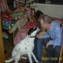 Tiga ima rada dedka in bratranca. In zahvaljuje se za njeno veliko božično darilo.