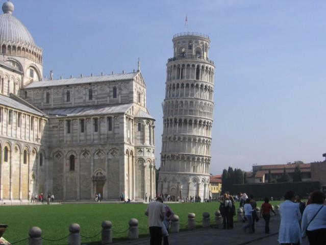 82 metrov visoka zgradba zaradi mehke podlage nagnila že na samem začetku gradnje leta 117