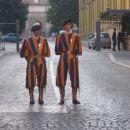 Oborožene sile Vatikana - Švicarska garda, ki skrbi za varnost apostolske palače, varuje p