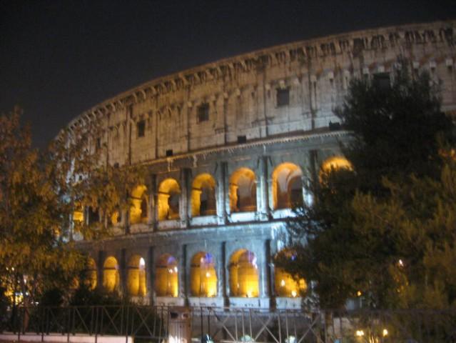 Rimski kolosej ali tudi Flavianov amfiteater (Amphitheatrum Flavium). Veličasten je.