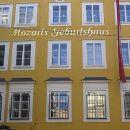 Najbolj znamenita hiša v Salzburgu. Značilna rumena fasada Mozartove rojstne hiše, v kater