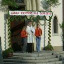 Križ in bakle pred vhodom v stolnico.