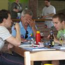 kaj nam ta slika pove. sin na levi pije pivo, medtem, ko se Oče Ferli zgraža nad lastnim s