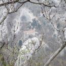 pogled na cerkev z nasprotnega brega