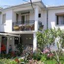 Panoramska fotografija hiše in vrta, posneta iz vhoda v apartman.