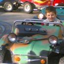 To imam pa že 4 leta in pol in mama pravi da zdej pa lahko že vozim vojaškega džipa. Ku do