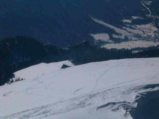 Pogled v dolino (Dovje), levo pa je koča na planini Dovška rožca.
