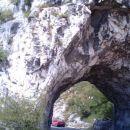 Tunel izklesan v živo skalo