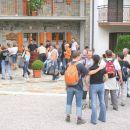 Dvorišče in množica pohodnikov