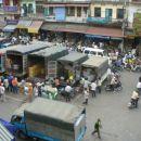 Tole je pogled na ulico v stari cetrti, se zmeraj u Hanoiu. Motorji, vse mozne trgovine, V