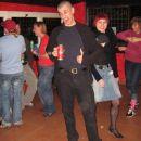 Marcel prisega na rdeče, pa naj bo to superge, majica, naramnice, pivo, al pa dekleta z rd