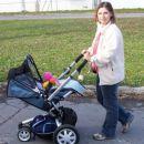 Mami me zdaj pa že v športnem vozičku fura!