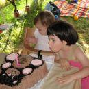 sestrična Manja mi je pomagala upihnit svečko (jaz pa imam delo s čokolado)