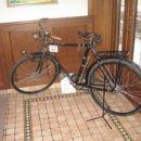 Bicikel je bil prav ob vhodu v lokal