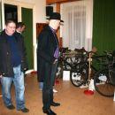 po koncertu si je Vlado ogledal razstavo starih biciklov iz Prekmurja