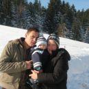 filip z mamico in čkotom na snegecu