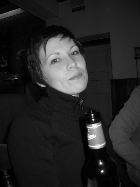 Tudi Anja si je ob koncu vaje privoščila eno pivce...