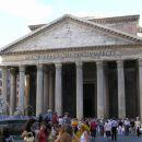 Tudi pri Panteonu je vseskozi polno ljudi.