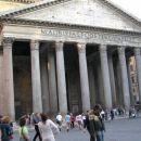 Panteon - najstarejša stavba v Rimu. Prvotno je bila namenjena poganskemu čaščenju, sem so