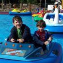 Z bratcem se voziva z vodnim avtomobilom in neizmerno uživava.